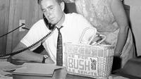 File foto 6 Juni 1964, George H.W. Bush didampingi istrinya Barbara, saat mencalonkan diri untuk kursi Senat AS dari Partai Republik sedang berada berada di Houston. Presiden ke-41 AS itu meninggal pada usia 94 tahun.  (AP Photo/Ed Kolenovsky, File)