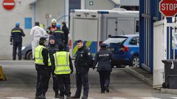 Petugas polisi berjaga di jalan masuk menuju pabrik kimia yang meledak di kota Kralupy nad Vltavou, Ceko, Kamis (22/3). ledakan itu terjadi di dalam salah satu tanki penyimpanan untuk bahan bakar di salah satu kilang mereka. (AP Photo/Petr David Josek)