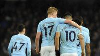 Penyerang Manchester City, Sergio Aguero, merayakan gol bersama Kevin de Bruyne. (AP Photo/Rui Vieira)