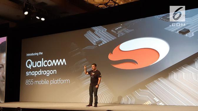 SVP dan GM Mobile Qualcomm, Alex Katouzian, perlihatkan prosesor Snapdragon 855. (Liputan6.com/ Agustinus Mario Damar)