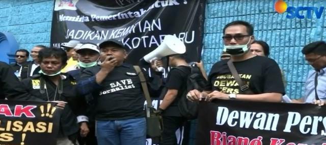 Para pengunjuk rasa memprotes pihak kejaksaan yang telah menghentikan proses hukum kematian M Yusuf.