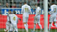 Para pemain Real Madrid merayakan gol Sergio Ramos ke gawang Deportivo Alaves (ANDER GILLENEA / AFP)