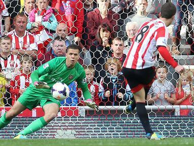 Craig Gardner mengeksekusi penalti untuk membuat gol penyama kedudukan pada pertandingan Liga Premier Inggris antara Sunderland dan Arsenal di Stadion of Light di Sunderland,14 September 2013.(AFP/Ian MacNicol)