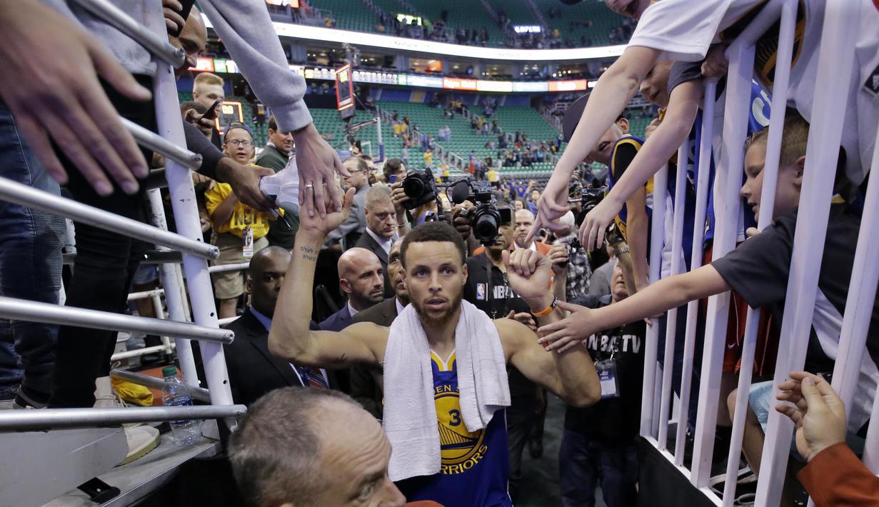 Bintang Golden State Warriors, Stephen Curry menyapa fans usai timnya menang atas Utah Jazz pada gim keempat playoff NBA di Salt Lake City, Senin (8/5/2017). Warriors menang 121-95.  (AP/Rick Bowmer)