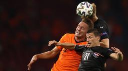 Luuk de Jong merupakan pemain pilihan pelatih Belanda sebelumnya, Frank de Boer di ajang Euro 2020. Ia juga berstatus sebagai rekrutan baru di Barcelona setelah mampu tampil meyakinkan di Sevilla musim lalu. Sayangnya hal tersebut tak membuat van Gaal memilihnya. (Foto: AFP/Pool/Dean Mouhtaropoulos)