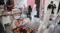 Banner bergambar karakter terlihat di KFC Salemba, Jakarta, Selasa (23/6/2020). Banner bergambar tersebut berguna untuk pembatas bagi pengunjung yang makan di tempat saat fase kenormalan baru. (Liputan6.com/Faizal Fanani)