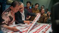 Ketua Komisi Pemilihan Umum (KPU) DKI Jakarta, Sumarno mengecek pencetakan kertas surat suara Putaran Kedua Pilkada DKI 2017 di Percetakan PT. Gramedia Printing, Cikarang, Jawa Barat, Kamis (23/3). (Liputan6.com/Gempur M Surya)