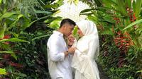 Hengky Kurniawan dan Sonya Fatmala kompak berpakaian serba putih saat ulang tahun pernikahannya yang ke-4 (Dok.Instagram/@hengkykurniawan/https://www.instagram.com/p/BwlJLjrlJjK/Komarudin)