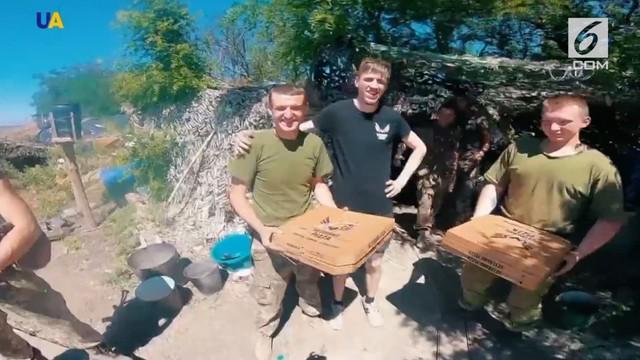 Para pengantar pizza dari Pizza Veterano mampu mengantarkan makanan tersebut hingga ke medan tempur sebagai bentuk semangat untuk prajurit.