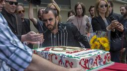 Drummer The Beatles, Ringo Starr meniup lilin saat perayaan ulang tahunnya yang ke-75 di Los Angeles, California, Selasa (7/7/2015). Acara perayaan ulang tahun tersebut bertema Peace & Love. (REUTERS/Mario Anzuoni)