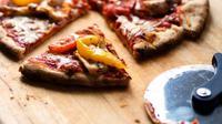 ilustrasi pizza sayuran dengan magic com (sumber: pexels)