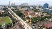 Suasana proyek jalan layang Blok M-Tendean di Jakarta, Rabu (16/11). Porsi belanja infrastruktur yang terus naik membuat pemerintah berencana menggandeng pihak swasta. (Liputan6.com/Angga Yuniar)