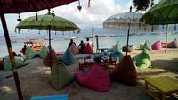 Salah satu tempat bersantai langsung menghadap pantai di depan hotel di Gili Trawangan. (Liputan6.com/Musthofa Aldo)
