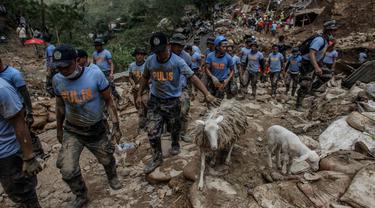 Petugas penyelamat tengah melakukan proses evakuasi di lokasi bencana longsor dan banjir akibat Badai Usman di Filipina tengah (AP Photo)