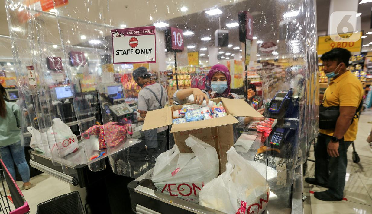 Kasir memasukan barang konsumen yang dibatasi dengan plastik di supermarket AEON Mall BSD City, Tangerang, Rabu (3/6/2020). Pembatasan tersebut dilakukan untuk memberikan jarak sosial dalam interaksi antara kasir dan konsumen selama pandemi Covid-19. (Liputan6.com/Fery Pradolo)