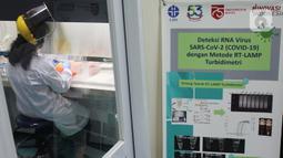 Doktor Tjandrawati Mozef menguji alat deteksi alternatif virus corona di Laboratorium Kimia LIPI Puspiptek Serpong, Tangerang Selatan, Rabu (26/8/2020).  LIPI berhasil menemukan formula deteksi virus corona dengan metode RT LAMP. (merdeka.com/Arie Basuki)