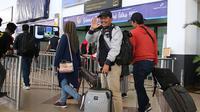 Djadjang Nurdjaman berpamitan pulang ke Bandung dari Bandara Juanda, Sidoarjo, Minggu (11/8/2019). (Bola.com/Aditya Wany)