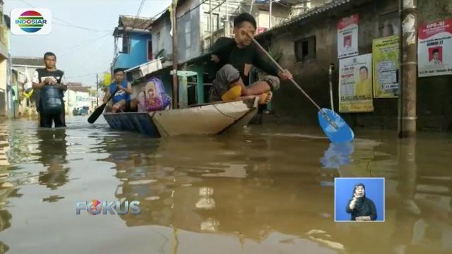 Banjir yang terjadi selama empat hari terakhir masih merendam permukiman di Kabupaten Bandung. Padahal curah hujan di wilayah tersebut telah berkurang.