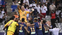 Pemain PSG mengangkat Keylor Navas usai berhasil mengalahkan Olympique Lyon pada final Piala Liga Prancis di Stade de France, Sabtu (1/8/2020) dini hari WIB. PSG menang 6-5 atas Lyon lewat adu penalti. (AFP/Franck Fife)