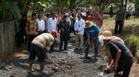 Presiden Jokowi meninjau pembangunan akses jalan menuju persawahan yang berada di Desa Pematang Panjang, Kabupaten Banjar, Kalimantan Selatan, Senin (26/3). Pembangunan dilakukan untuk memudahkan akses warga menuju area persawahannya. (Liputan6.com/Pool)