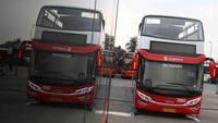 Bus transjakarta yang akan digunakan untuk pawai kemenangan tim Persija Jakarta di kantor PT Transjakarta, Cawang, Kamis (13/12). Bus tersebut akan digunakan untuk pawai kemenangan berkeliling Jakarta Sabtu (15/12).( Liputan6.com/Immanuel Antonius)
