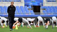 Pelatih Liverpool, Juergen Klopp, saat latihan jelang laga Liga Champions di Stadion Olympic, Roma, Selasa (1/5/2018). Liverpool akan berhadapan dengan AS Roma. (AP/Ettore Ferrari)