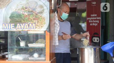 Megah Putra Perkasa membuat mie ayam  di Indonesia di Kios Granada  Koncana Loka, BSD City, Tangerang Selatan, Banten, Rabu (12/8/2020). (merdeka.com/Dwi Narwoko)