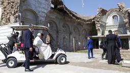 Paus Fransiskus diperlihatkan kehancuran gereja Katolik Suriah Al-Tahera dekat Lapangan Gereja Hosh al-Bieaa di Mosul, Irak, yang pernah menjadi ibu kota de-facto ISIS, Minggu (7/3/2021). (AP Photo/Andrew Medichini)