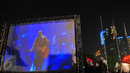 Sebuah layar besar disajikan di luar gedung Istora saat konser Iwan fals berlangsung Senayan, Jakarta, Sabtu (21/11/2015). Selama acara berlangsung, kondisi di luar gedung pertunjukkan, aman dan tertib (Liputan6.com/Faisal R Syam)