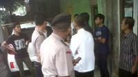 Polisi menggerebek salah satu rumah di kawasan Samoja, Batununggal, Kota Bandung, Jawa Barat, karena penghuninya diduga menganut aliran sesat. (Liputan6.com/Okan Firdaus)