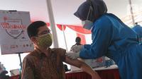Karyawan difoto usai vaksin di Sentra Vaksinasi Covid-19 di Bank DKI Kantor Layanan Juanda, Jakarta, Sabtu (10/7/2021). Kamrussamad menegaskan bahwa percepatan 300 ribu vaksin di sektor perbankan HIMBARA, Bank Swasta Nasional, BPD se Indonesia harus segera diselesaikan. (Liputan6.com/HO/Nado)