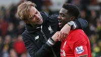 Pelatih Liverpool, Jurgen Kloop dan pemainnya Kolo Toure merayakan kemenangan atas Norwich. Kini pelatih asal Jerman itu bertugas terus mendorong posisi Liverpool ke zona Liga Champions. (Reuters/Alex Morton)