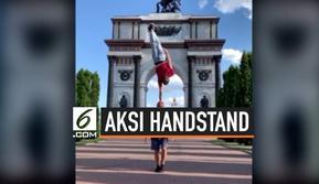 Handstand atau berdiri dengan tangan tentu tidak mudah dilakukan. Apalagi kalau melakukannya di kepala seseorang. Namun, seorang pria berhasil melakukan hal tersebut. Sambil berdiri dengan satu tangan di kepala temannya, pria itu juga berhasil menaha...
