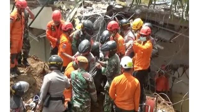 Tim gabungan kembali berhasil mengevakuasi 3 korban yang tertimbun longsor di Hotel Club Bali, di Kawasan Villa Kota Bunga, Desa Batulawang, Kecamatan Cipanas, Kabupaten Cianjur