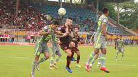 Duel PSM Makassar kontra Borneo FC dalam laga pekan ke-30 Shopee Liga 1 2019 di Stadion Andi Mattalatta Mattoangin, Makassar, Senin (2/12/2019). (Bola.com/Abdi Satria)