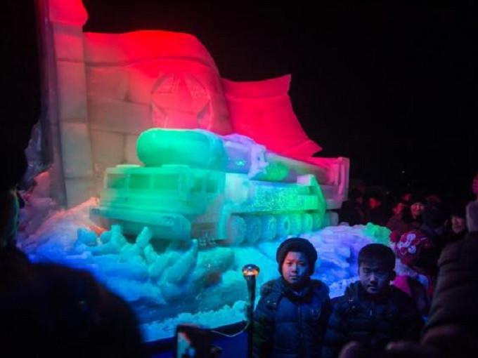 Rudal es Korea Utara yang dipamerkan dalam Ice Sculpture Festival. (The Independent)