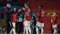 Ole Gunnar Solksjaer memberikan selamat kepada pemain Manchester United setelah mengalahkan Istanbul Basaksehir di ajang Liga Champions. (Oli SCARFF / AFP)
