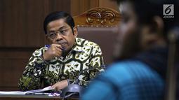 Mantan Sekjen Partai Golkar, Idrus Marham menyimak keterangan saksi saat sidang di Pengadilan Tipikor, Jakarta, Selasa (22/1). Sebelumnya, Idrus didakwa terkait dugaan suap kerja sama pembangunan PLTU Riau-1. (Liputan6com/Helmi Fithriansyah)
