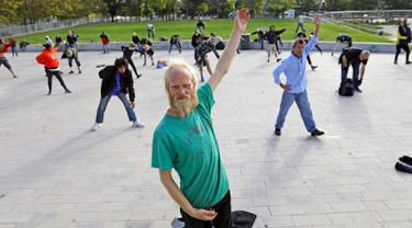 Whitey Christian mengikuti kelas seni bela diri tai chi di Perpustakaan Umum Salt Lake,  Salt Lake City, Amerika Serikat, Rabu (2/10/2019). Kelas tai chi gratis ini dijalankan oleh pasangan pensiunan, Bernie dan Marita Hart. (AP Photo/Rick Bowmer)