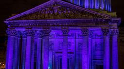 Cahaya biru menerangi Monumen Pantheon untuk peringatan Hari Anak Sedunia pada 20 November di Paris, Selasa (19/11/2019). Hari Anak Sedunia mempromosikan tentang kebersamaan internasional, kesadaran di antara anak-anak di seluruh dunia, dan meningkatkan kesejahteraan anak-anak. (THOMAS SAMSON/AFP)