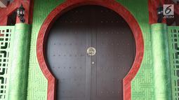 Pintu masuk Musala Babah Alun AGP di Jalan Pasir Putih, Pademangan, Jakarta, Rabu (6/2). Musala yang berdiri di kolong Tol Ir. Wiyoto Wiyono ini memiliki mengusung gaya arsitektur Tiongkok. (Liputan6.com/Helmi Fithriansyah)