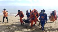 Tim SAR Gabungan saat melakukan evakusi Jenazah Ardan (Arfandi Ibrahim/Liputan6.com)