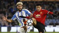 Pemain Huddersfield, Philip Biling, berebut bola dengan bintang Manchester United, Alexis Sanchez, pada pertandingan putaran kelima Piala FA, di Stadion John Smith, Sabtu (17/2/2018). (AP/Martin Rickett).
