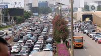 Sejumlah kendaraan terjebak kemacetan panjang di tol yang mengarah ke Bandara Soekarno-Hatta (Soetta), Tangerang, Banten, Selasa (10/11/2020). Kemacetan terjadi karena adanya penyambutan kepulangan pimipinan Front Pembela Islam (FPI) Rizieq Shihab. (Liputan6.com/Angga Yuniar)