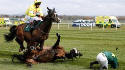 Kuda bernama Curious Carlos terjatuh saat ditunggai oleh Sean Bowen pada pacuan kuda festival nasional Crabbie Grand Liverpool, Inggris, Kamis (7/4/2016). Sean Bowen sempat terinjak oleh kuda tunggannya tersebut. (Reuters / Andrew Boyers)