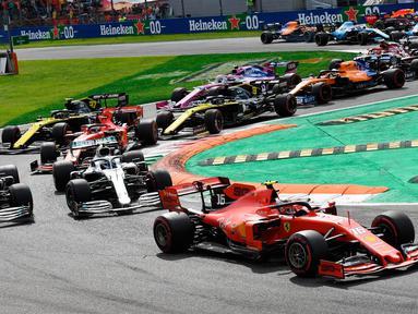 Pembalap Ferrari Charles Leclerc (kanan) memimpin balapan F1 GP Italia 2019 di Sirkuit Monza, Minggu (8/9/2019). Leclerc menjuarai F1 GP Italia 2019 setelah pertarungan alot melawan duo pembalap Mercedes, Lewis Hamilton dan Valtteri Bottas. (Daniel Dal Zennaro/ANSA Via AP)
