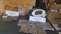 80 butir peluru campuran ditemukan dengan ganja di kargo Bandara Wamena. (Liputan6.com/Katharina Janur)