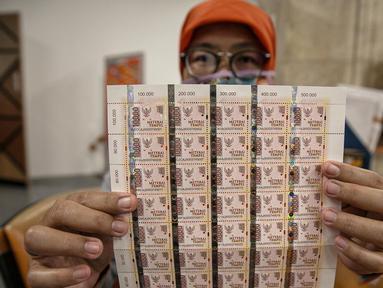 Petugas menunjukan materai Rp. 10.000 di Kantor Pos Pusat, Jakarta, Senin (1/2/2021). Pemerintah menetapkan bea materai Rp 10.000 wajib digunakan untuk dokumen yang dibuat mengenai suatu kejadian yang bersifat perdata. (Liputan6.com/Faizal Fanani)