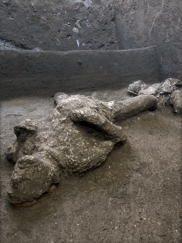 Salah satu dari dua jasad diyakini sebagai orang kaya dan budak prianya yang melarikan diri dari letusan gunung berapi Vesuvius hampir 2.000 tahun lalu, di pinggiran kota Romawi kuno Pompeii. Penemuan diumumkan otoritas arkeologi Italia pada Sabtu (21/11/2020). (Parco Archeologico di Pompei via AP)