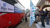 Dirut PT PGN Jobi Triananda Hasjim melepas peserta mudik tujuan Jawa Barat, Jawa Tengah, dan Jawa Timur di Lapangan Marinir  Cilandak KKO Jakarta, Kamis (22/6). Kegiatan mudik gratis kali ini, memberangkatkan 45 bus. (Liputan6.com/Pool)